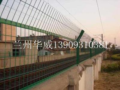 兰州华威金属丝网提供质量硬的铁路护栏网 铁路护栏网工程
