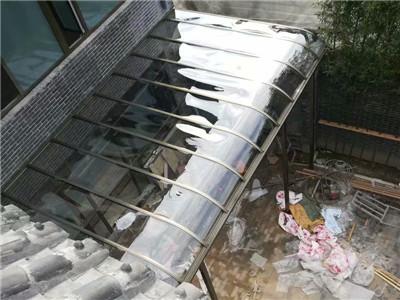 宏伟门窗雨搭厂家——钢化玻璃雨搭