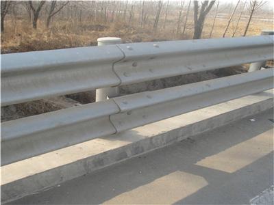 河北大川厂家直销喷塑3个厚二波三波护栏板现货批发热镀锌护栏板