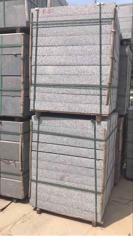 有品质的芝麻灰石材路旁石出售鑫源发石材供应_芝麻灰石材路旁石