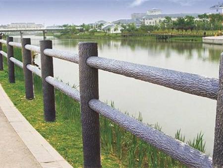 仿树皮护栏的特点--春豪水泥护栏