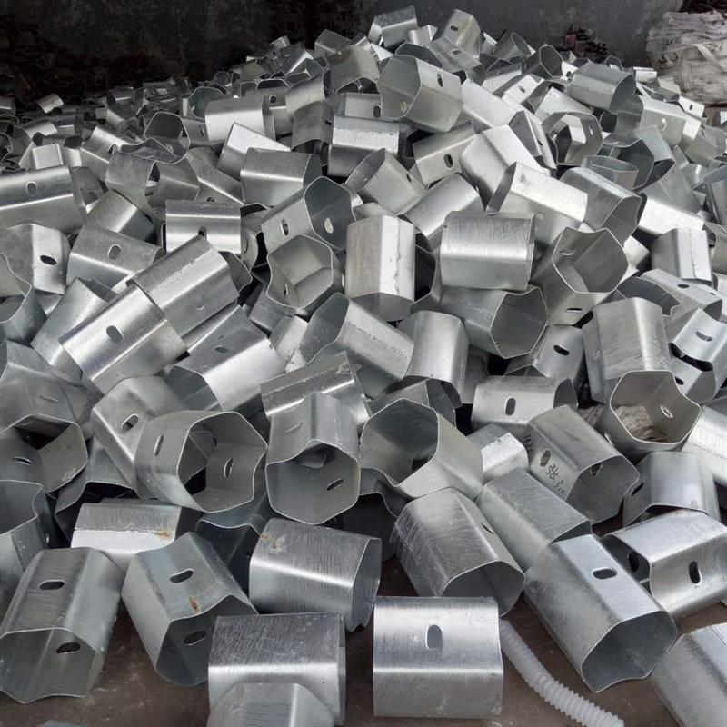 河北供应国标热镀锌二波防阻块现货供应生产厂家