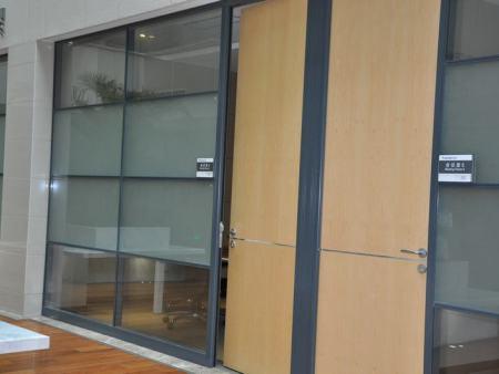 宣城木饰面板办公隔断_口碑好的木质饰面板玻璃隔断价格范围