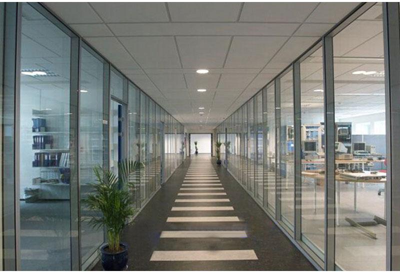 单层玻璃隔断加百叶|在哪能买到价格适中的办公室单层玻璃隔断呢