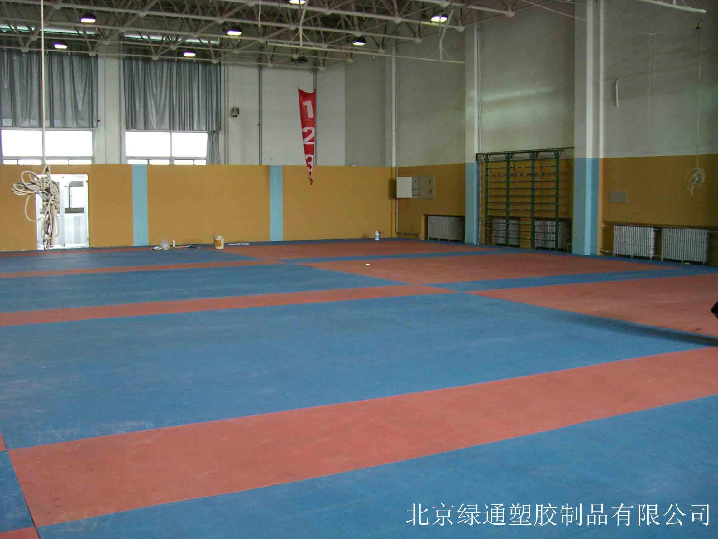 橡胶排球场地板北京绿通塑胶专业供应_石景山橡胶运动地板