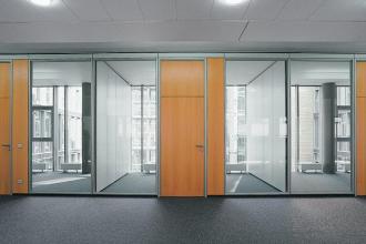 西安玻璃隔断生产厂商-为您推荐鑫华玻璃不错的西安玻璃隔断