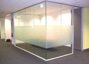 西安玻璃隔断供应-划算的西安玻璃隔断批发