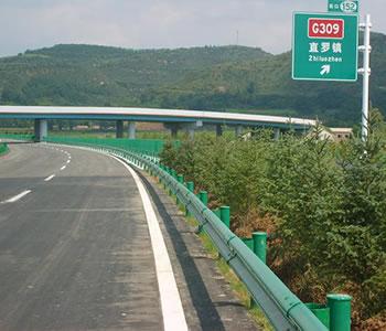 青铜峡高速公路护栏网 选销量好的高速公路护栏,就到宁夏润企丝网