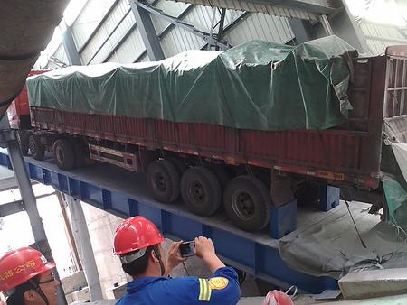 江苏液压卸车翻板,烟台哪里有卖质量好的后翻式液压卸车翻板油缸底部支撑