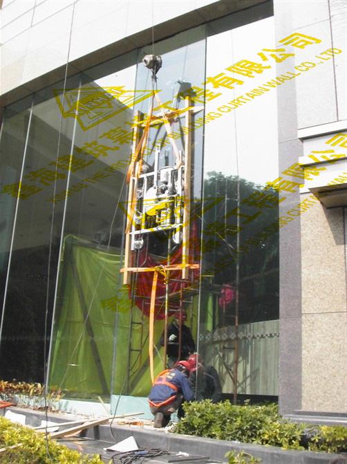 幕墙玻璃安装清洗找广州鑫海建筑幕墙工程 安装玻璃租用吸盘