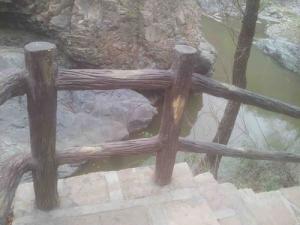 新乡品牌好的仿木护栏厂家提供商-郑州水泥仿木护栏厂家