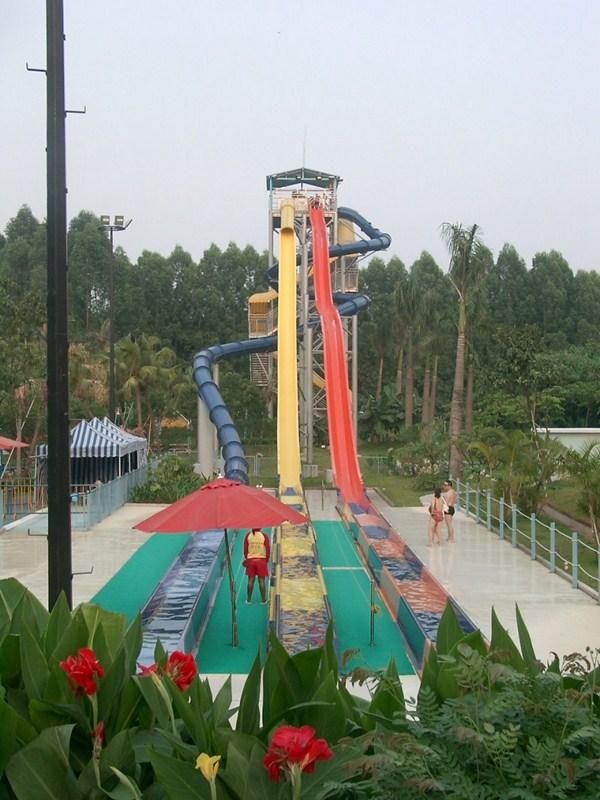 新潮的彩虹滑梯就在广州星江源游乐设备,水上滑梯