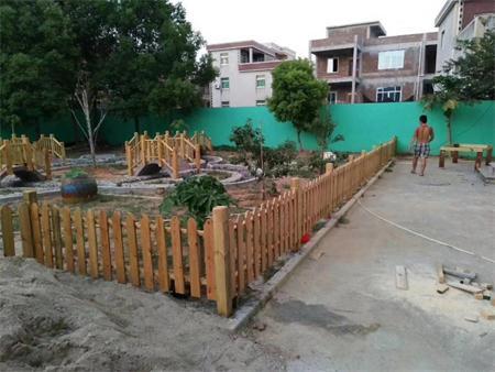 钢木结构-供应海南价格合理的防腐木护栏