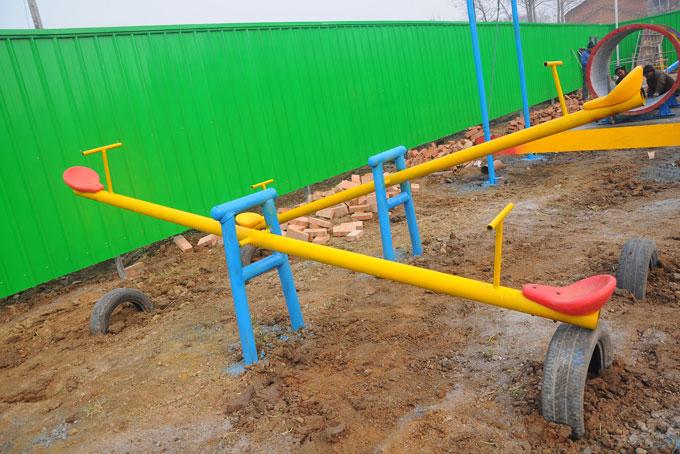 提供儿童游乐设备划算的体能乐园_跷跷板就在飞奔游乐设备