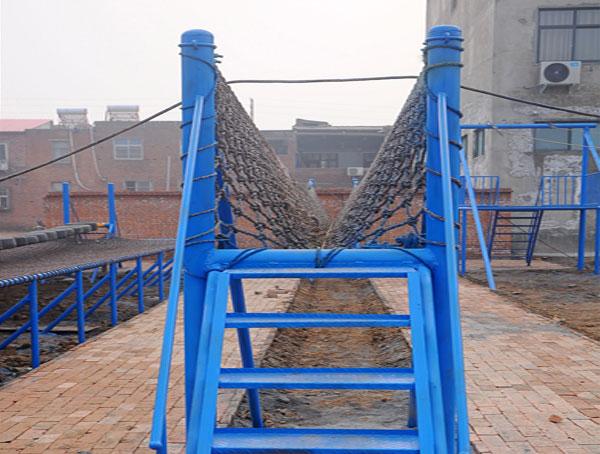 提供儿童游乐设备,新式的体能乐园V型桥就在飞奔游乐设备