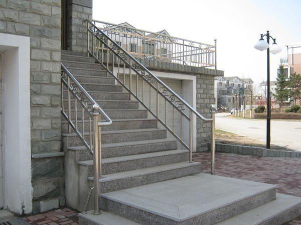 沈阳白钢楼梯供应商|沈阳翰祥白钢铁艺的白钢楼梯口碑怎么样