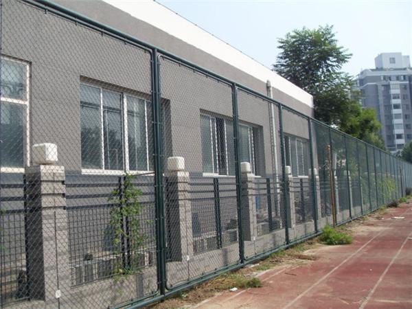 销量好的笼式足球场围栏生产商_红日金属丝网-丹东笼式足球围栏