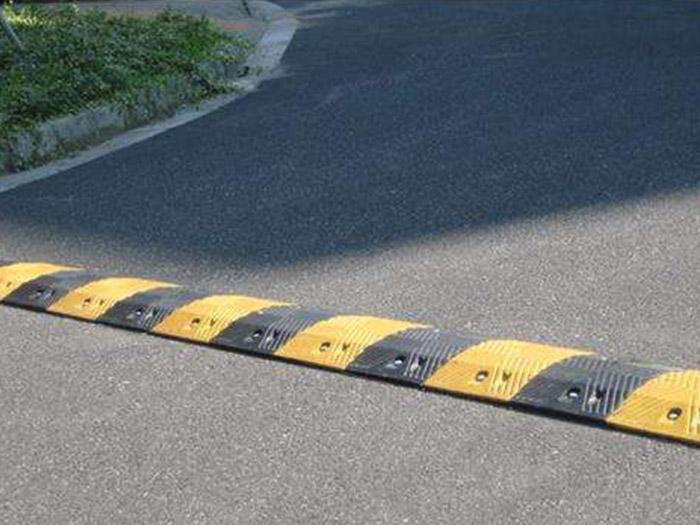 选实惠的减速带,就到通达交通设施标牌厂 宁夏减速带价格