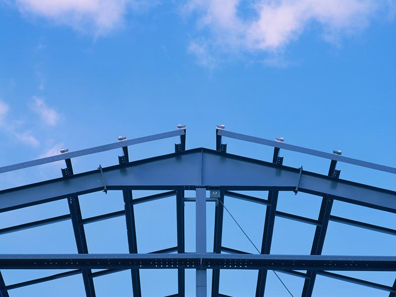 详细说明 塑钢防腐钢结构:采用标准的Q235带钢,经过表面处理,热熔pe塑料,具有优异的耐油性,耐水性及耐化学品腐蚀性。单面防腐涂层厚度能达到0.9mm以上。无毒,防腐效果好。 在制药,酸洗,电镀,印染等高度腐蚀行业中,常规的钢结构厂房的使用寿命一般是一到两年;在建筑陶瓷厂,钢厂,氧化铝厂等行业,建材长期在高度二氧化硫的气体环境下严重腐蚀;在食品加工,冷库等行业中有大量的水蒸气和冷空气,建材在这样的环境下很容易生锈,普通钢结构厂房在这样的环境下不能长期保证建筑物的安全性,随着腐蚀性气体的长期腐蚀,建材的使