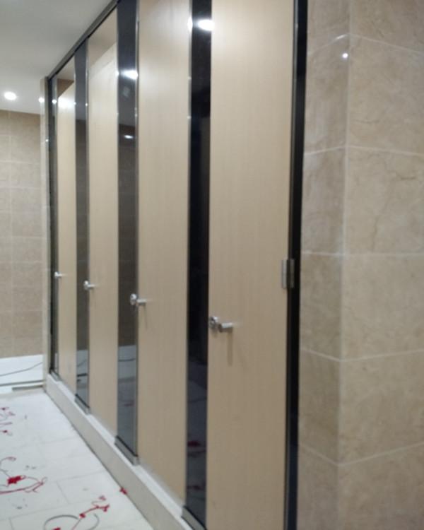 办公室卫生间隔断厂家 买口碑好的卫生间隔断板,就来联和装饰材料