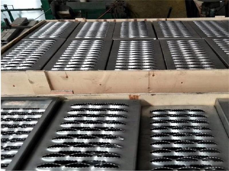 锯齿形安全冲孔防滑板--安平县万诺丝网