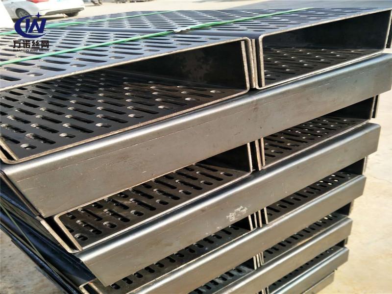 1060纯铝板四周折弯冲孔网板--安平县万诺丝网