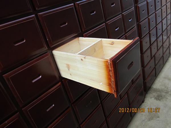 聊城实木中药柜-如何选购实惠的木质开门中药柜