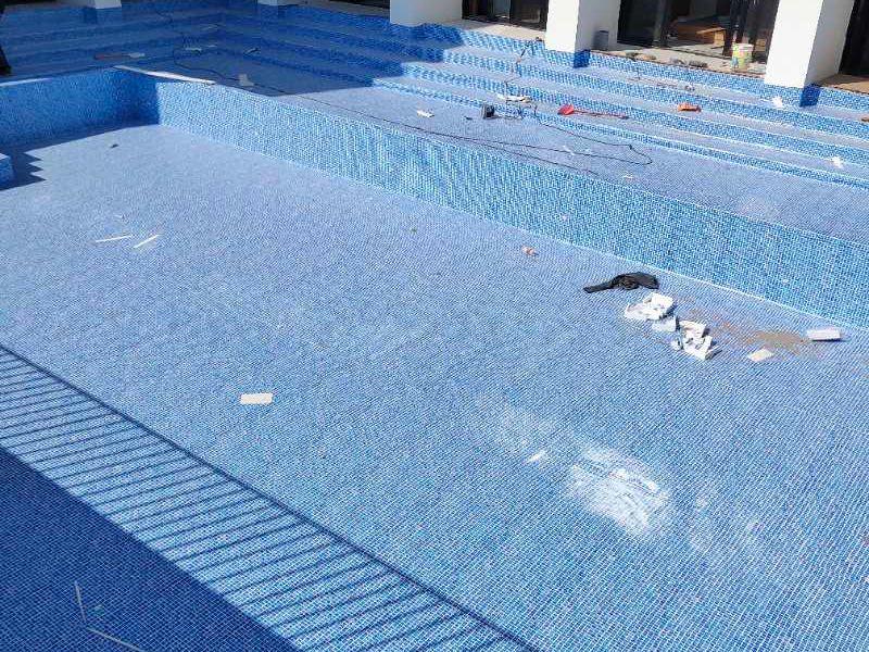 土建池胶膜翻新造价_游泳池价格怎样