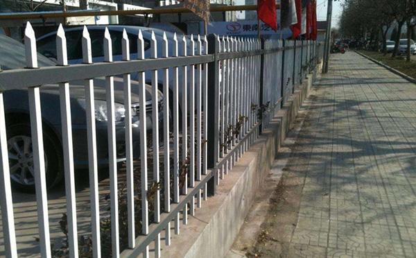围墙护栏定做-兰州提供优惠的围墙锌钢护栏