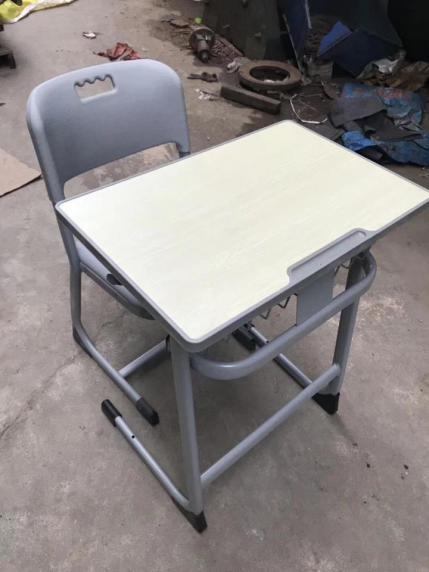 西安促销西安生产课桌椅厂家-陕西朱雀公司提供实用的钢木课桌椅