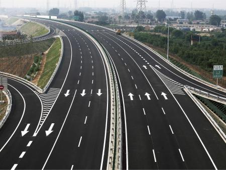 高速公路标线的功效,对于驾驶者它尤为重要