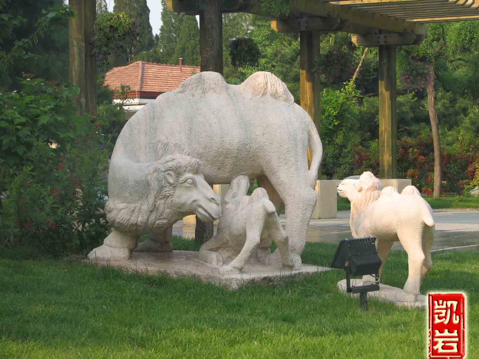 园林景观摆设的动物石雕骆驼石雕找凯岩石业