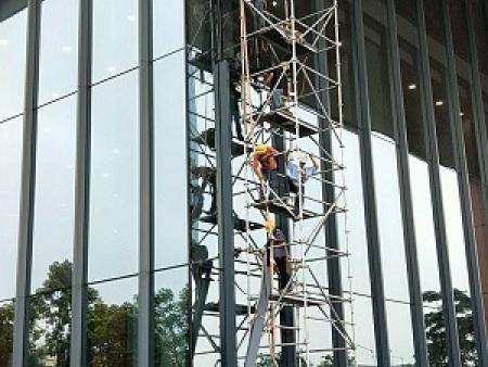 哪家公司高空幕墙玻璃更换实惠,玻璃维修的价格