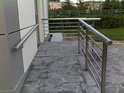 铁艺护栏安装_现在实在的不锈钢扶手栏杆价格行情