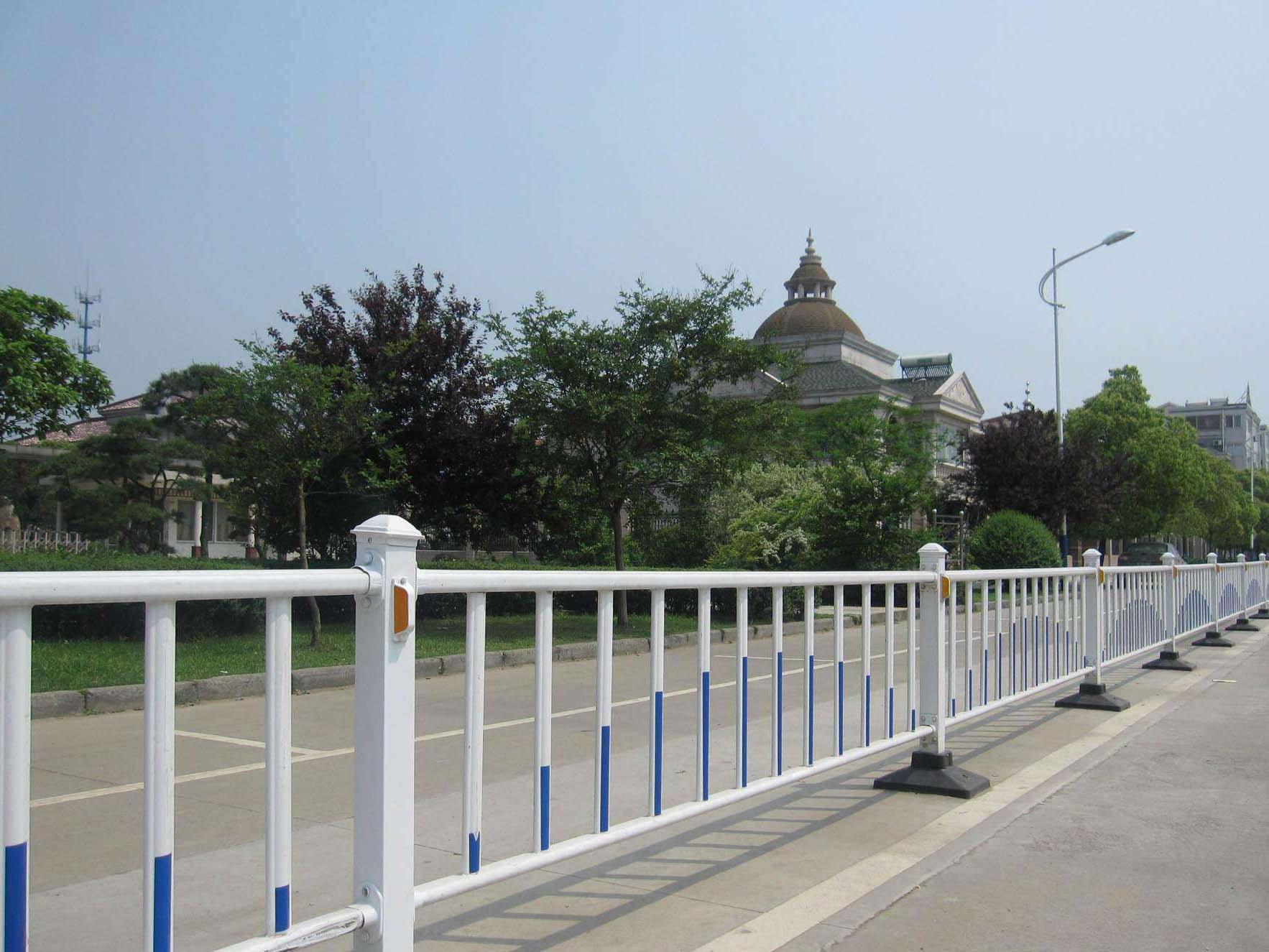 青海护栏_供应西宁性价比高的西宁锌钢护栏