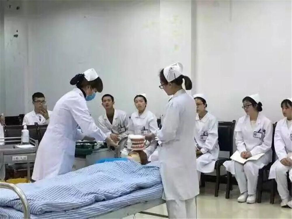 护士学校报名费用_重庆市培养康复治疗技术人才专业机构