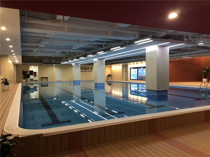 健身俱乐部游泳池