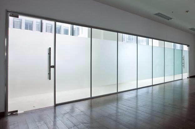 青島市北幾區買玻璃隔斷哪家好_鋼化玻璃隔斷定制