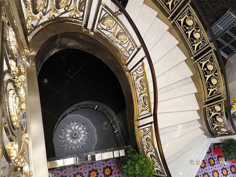 别墅艺术楼梯栏杆定制,铜艺楼梯扶手护栏安装现场