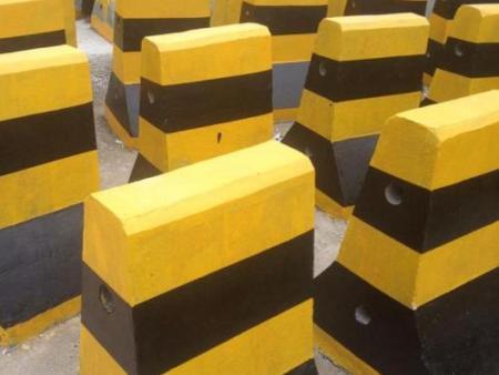 混凝土隔离墩-买价格公道的隔离墩当然是到路发交通设施了