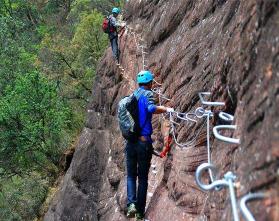 飞拉达_飞拉达攀岩_铁道式攀登_岩壁冒险公园