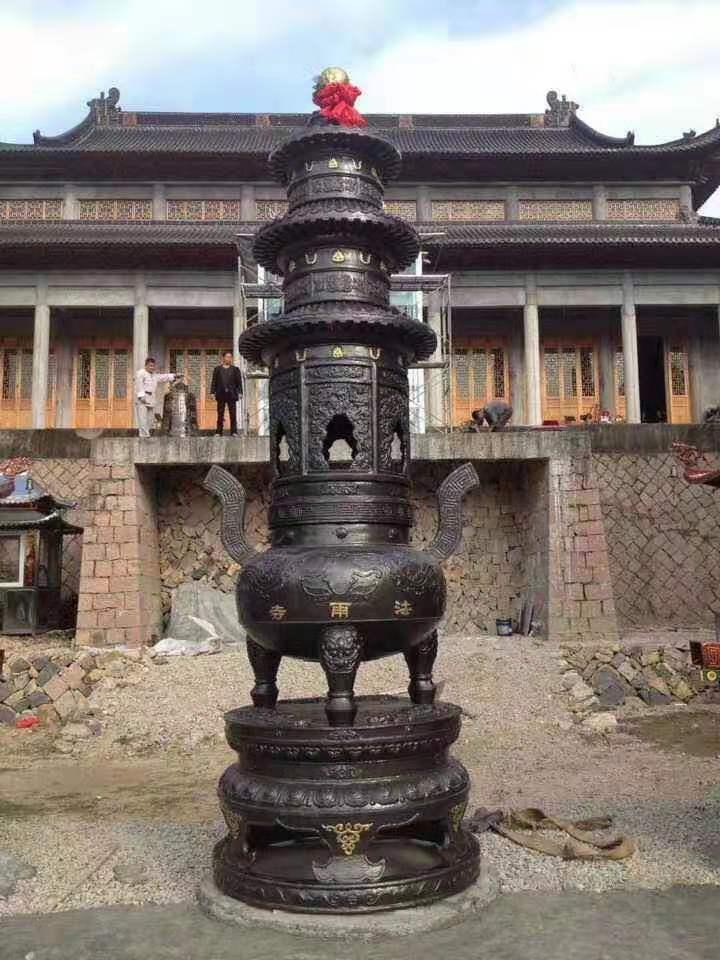 寺庙大殿前摆放三层宝鼎寺院黄铜宝鼎