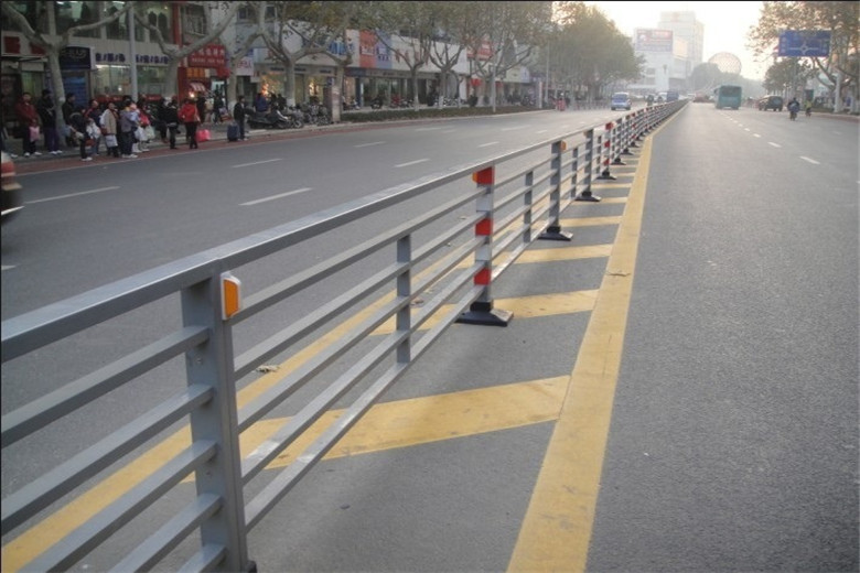 馬路隔離護欄廠家-供應衡水馬路隔離護欄