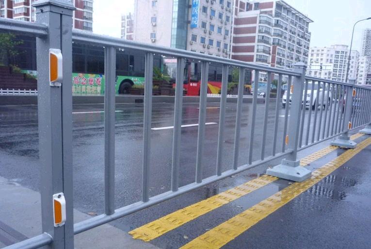 要买车行道护栏当选海创护栏,车行道安全护栏多少钱一米