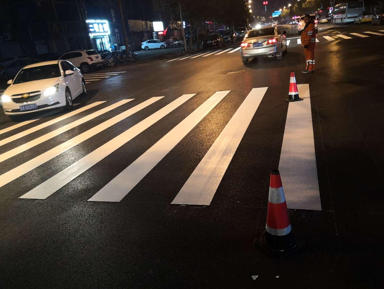 道路劃線,專業道路劃線團隊,可完成各種寬度施工