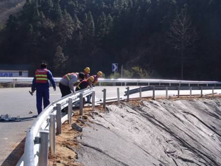 广西高速公路护栏,波形护栏安装