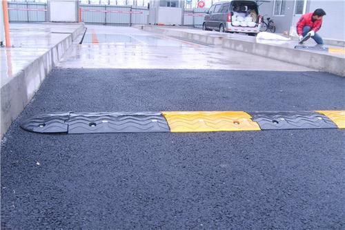 湖北交通減速帶報價,道路橡膠減速帶多少錢