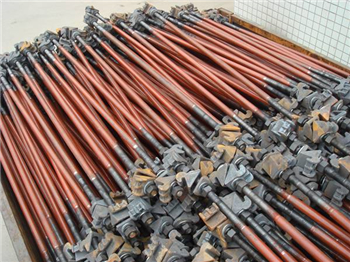 有些线路有轨道电路,轨距拉杆当中用绝缘零件隔开.