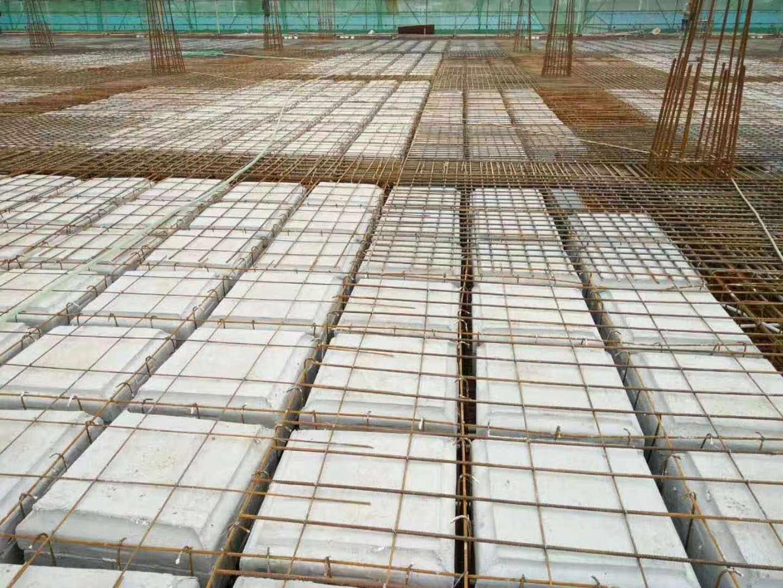 详细说明 石膏模盒,使用磷石膏制成,已获得国家15项专利。预先制作,在现浇混凝土石膏空腔无梁楼盖施工中,作为填充使用。在施工结束后,无需拆除。是在密肋梁结构的施工中,使用我公司专利产品石膏模盒,作为填充内模,在施工结束后,无需拆膜,石膏模盒与密肋梁楼盖合成一体,形成石膏空腔无梁楼盖。在结构设计中,密肋梁结构以其良好的结构受力、无梁形式的高大空间、节约钢材、省混凝土等优点,赢得使用者和建设者的好评。